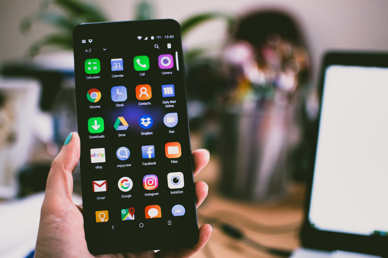 Telefon som visar sociala medier-appar